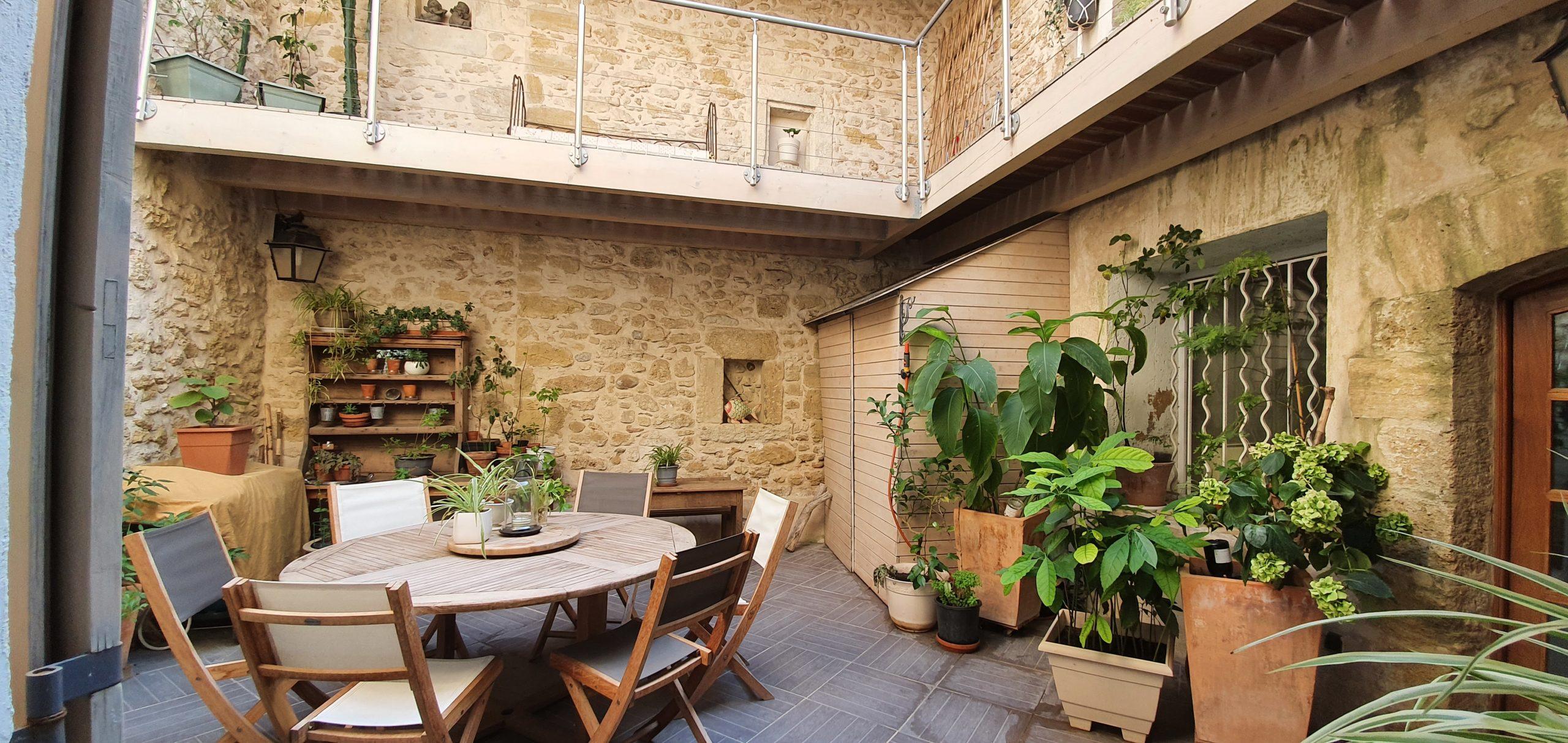 Rare en centre Istres Maison de ville de 230 m2 environ avec cour et cave