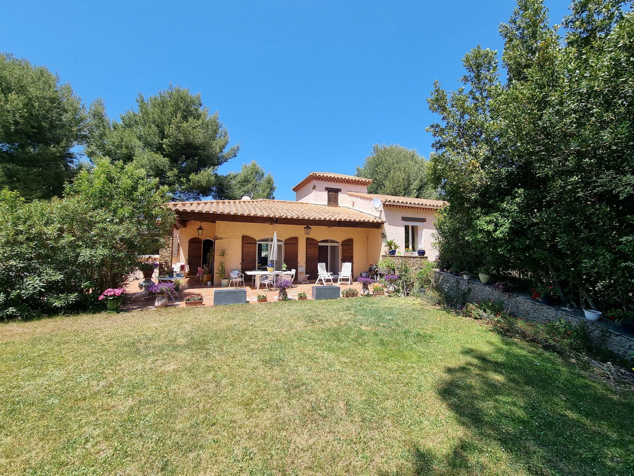 Saint Victoret Colline Marignane villa d'architecte sur un parc de 5 184 m2 avec piscine.